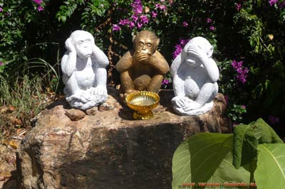photo 21 English 3 wise monkeys, see no, speak no, hear no, in a temple 400
